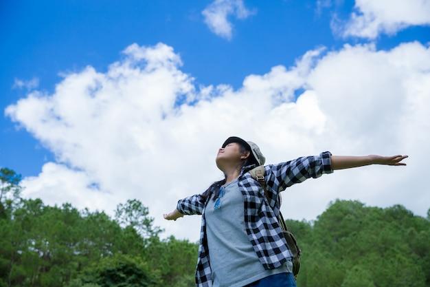 Viaggiatori, giovani donne, guardano le meravigliose montagne e foreste, idee di viaggio per la voglia di viaggiare, Foto Gratuite