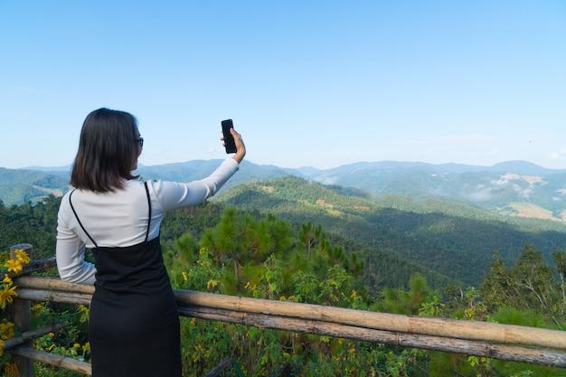 Viaggio asiatico del selfie della donna in vacanza. Foto Premium