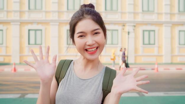 Viaggio asiatico della donna di blogger a bangkok, tailandia Foto Gratuite