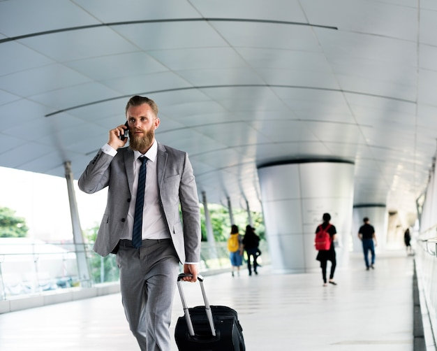 Viaggio d'affari dei bagagli del telefono di chiamata degli uomini d'affari Foto Gratuite