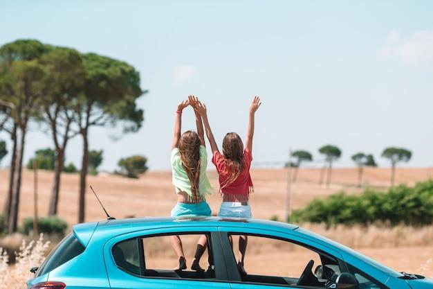 Viaggio estivo in auto e giovane famiglia in vacanza Foto Premium