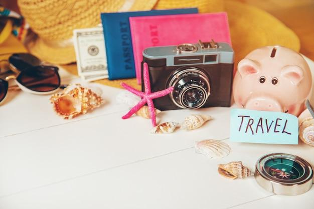 Viaggio in background. tour in mare, oggetti. messa a fuoco selettiva Foto Premium