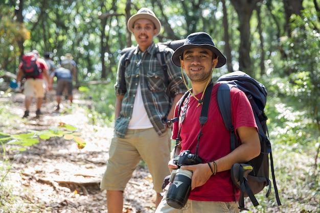 Viandante asiatica con la macchina fotografica Foto Premium