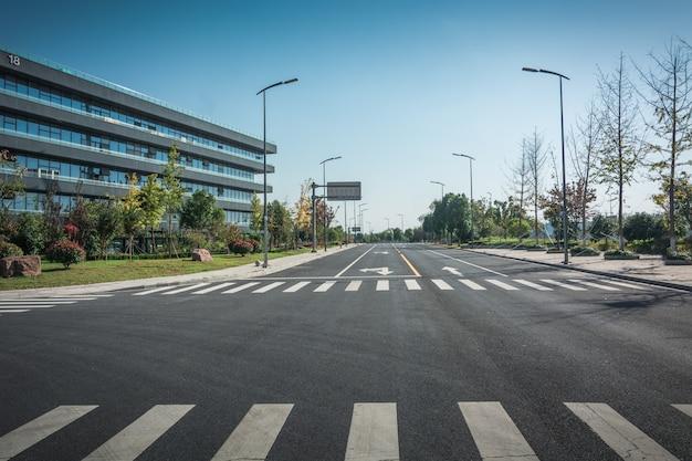 Vicolo con edifici per uffici nella moderna zona di budapest Foto Premium