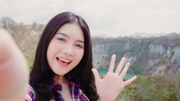 Video asiatico del vlog del record della donna di viaggiatore con zaino e sacco a pelo di blogger sopra la montagna Foto Gratuite