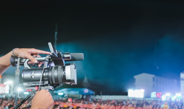 Videocamera digitale professionale che registra video nel festival di concerti di musica Foto Premium