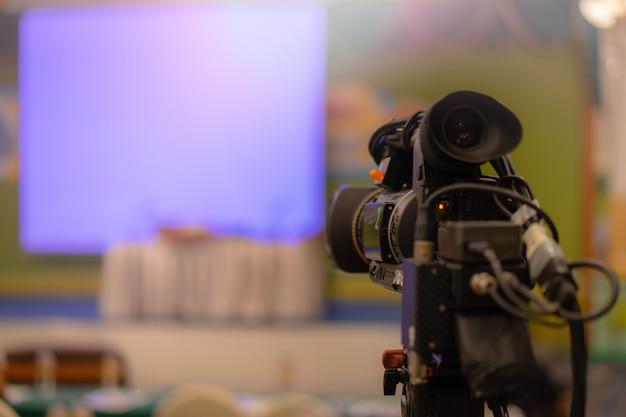 Videocamera per lo streaming di video in diretta con persone che lavorano Foto Premium