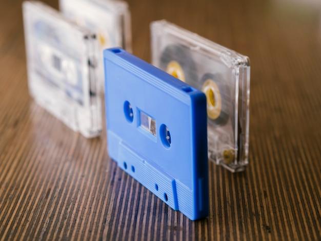 Videocassette a vista diagonale in posizione verticale Foto Gratuite