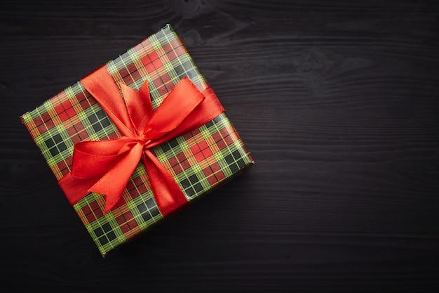 Vigilia di natale. regali su legno nero. Foto Premium