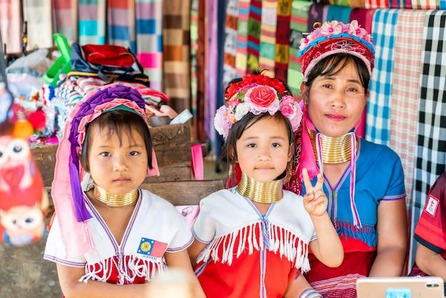 Villaggi nordici della tribù della tailandia o karen long neck village in tailandia Foto Premium