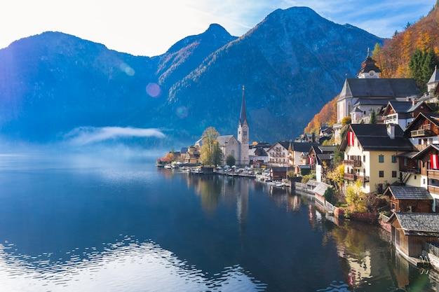 Villaggio di montagna di hallstatt un giorno soleggiato dal punto di vista classico della cartolina austria Foto Premium