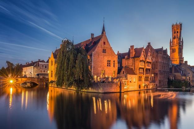 Villaggio vicino al fiume in belgio Foto Premium