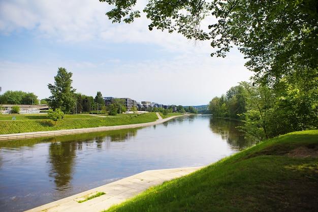 Vilnius - lituania, splendida vista sul fiume Foto Premium