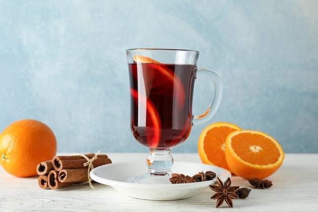 Vin brulé, arancia e cannella sulla tavola di legno bianca Foto Premium