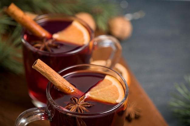 Vin brulè caldo natalizio con cardamomo, cannella e anice Foto Premium