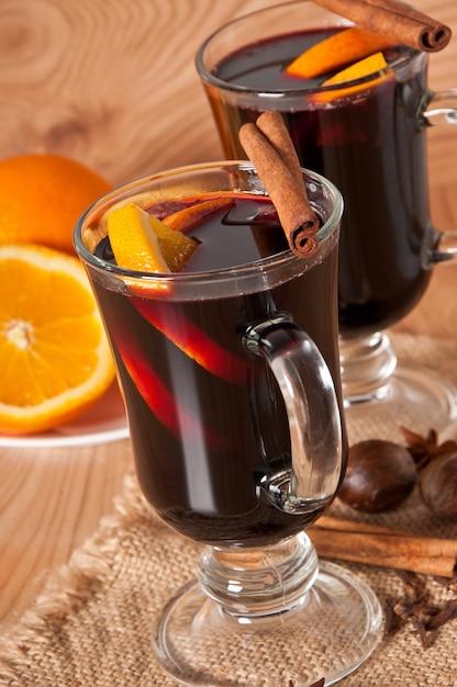 Vin brulè con cannella e arancia Foto Gratuite