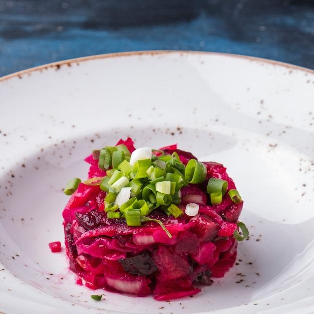Vinaigrette russa dell'insalata su un piatto. avvicinamento Foto Premium