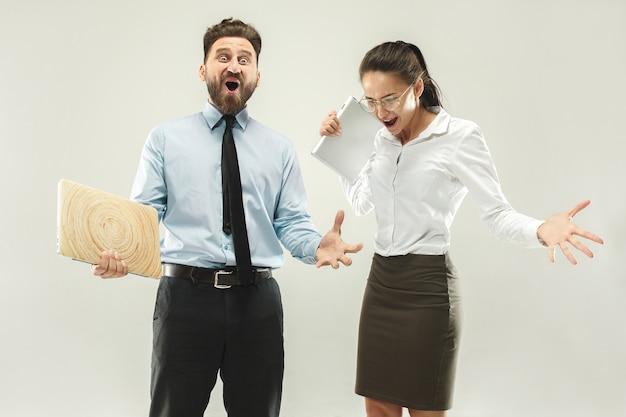 Vincere successo donna e uomo felice estatico celebrando essere un vincitore. Foto Gratuite
