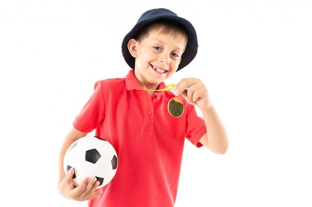Vincitore caucasico del ragazzo dell'adolescente della concorrenza di calcio, immagine isolata Foto Premium