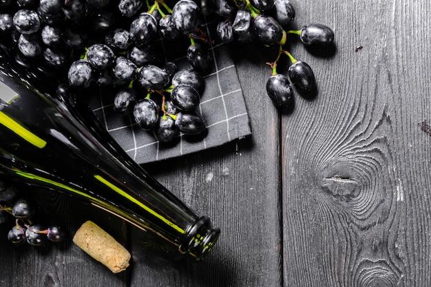 Vino con rami di uva bianca. su un tavolo di legno. Foto Premium