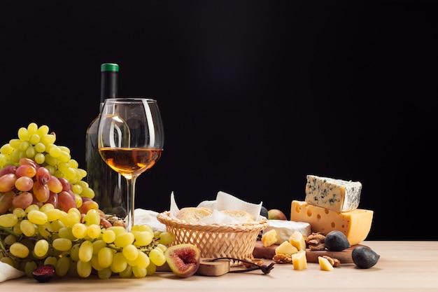 Vino e formaggio sul tavolo Foto Premium