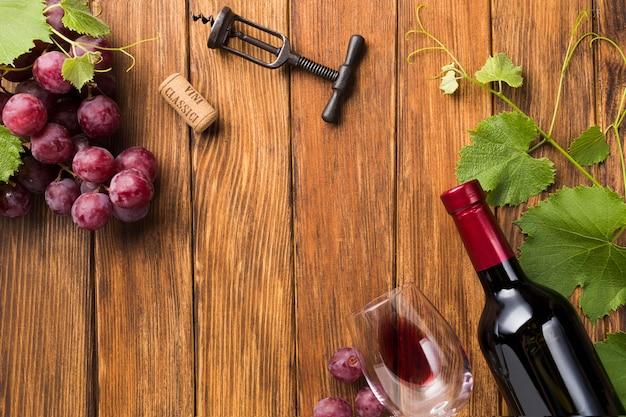 Vino rosso a fianco viti con copia spazio Foto Gratuite