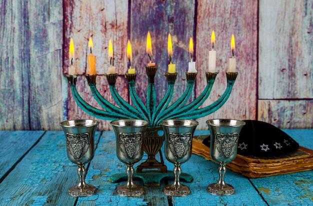 Vino rosso a quattro bicchieri kosher con chanukah menorah chanukiah festa ebraica Foto Premium
