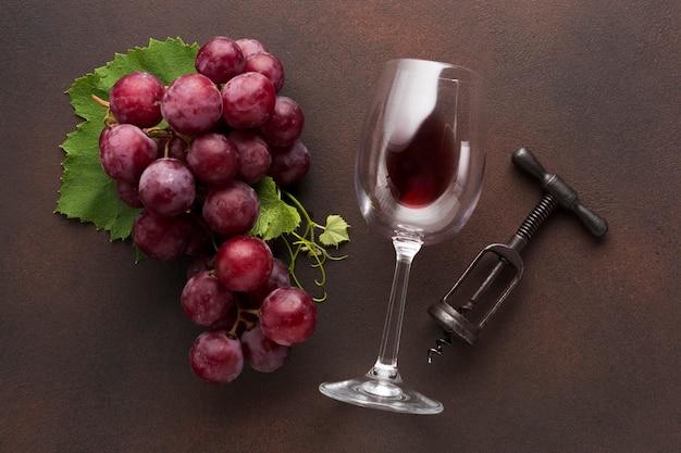 Vino rosso artistico con cavatappi Foto Gratuite