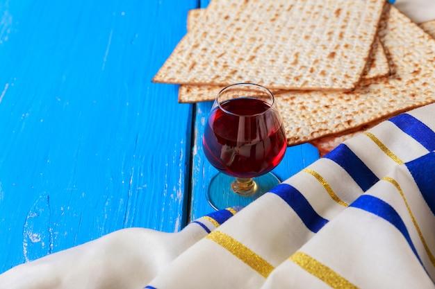 Vino rosso kosher con un piatto bianco di matzah o matza e una pasqua ebraica Foto Premium