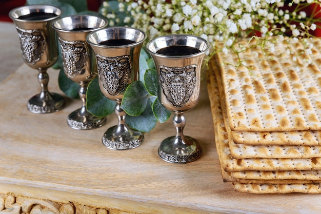Vino rosso kosher quattro di matzah o matza passover haggadah Foto Premium
