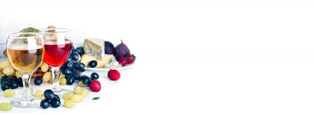Vino, uva e formaggio su bianco Foto Premium