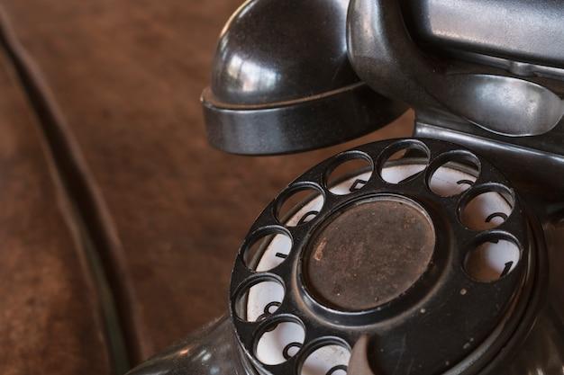Vintage - vecchio telefono nero retrò su un tavolo di legno Foto Premium