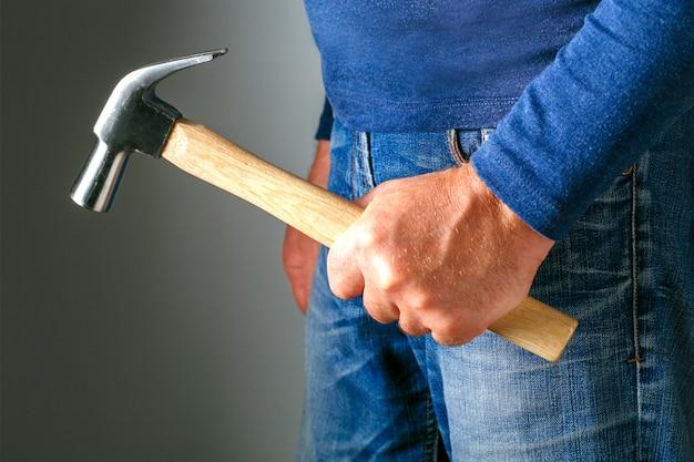 Violenza familiare e concetto di aggressione. uomo furioso arrabbiato con martello. violenza familiare e concetto di aggressione. molestie. Foto Premium