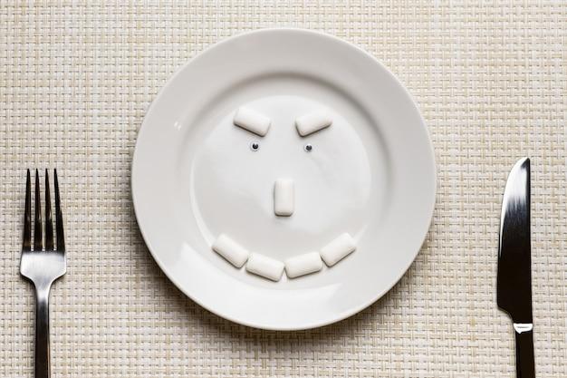 Viso insidioso a forma di chewing gum. igiene orale e protezione dei denti dalla carie Foto Premium