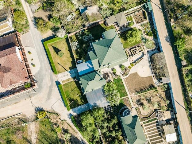Vista aerea dall'alto verso il basso della casa di lusso estivo Foto Premium
