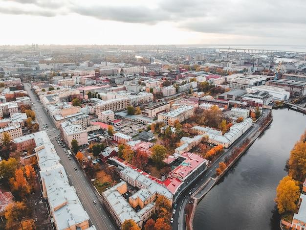 Vista aerea del canale griboedov, tetti di case storiche nel centro della città. san pietroburgo, russia Foto Premium