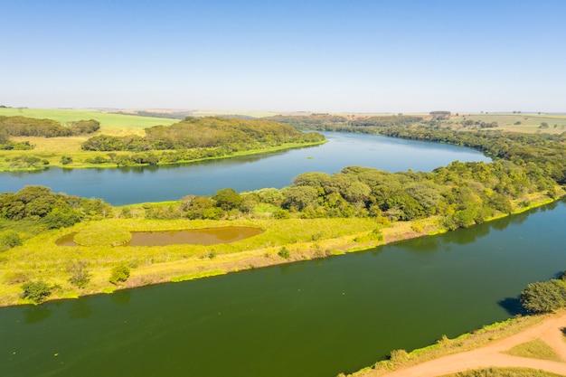 Vista aerea del canale navigabile nel fiume tiete nella città di bariri nello stato di san paolo - brasile Foto Premium