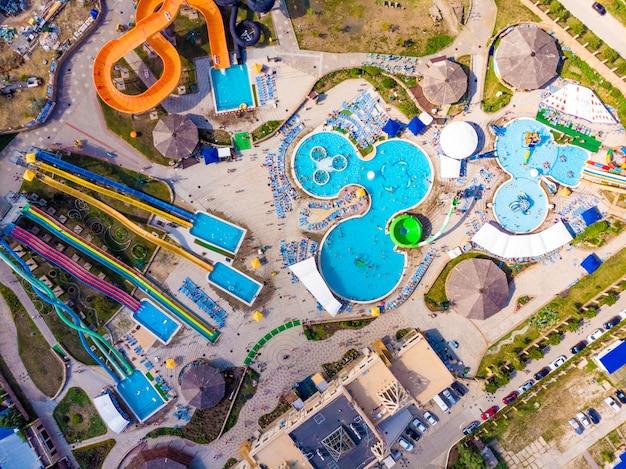 Vista aerea del fuco che guarda giù dall'alto il divertimento variopinto di ora legale al parco dell'acqua Foto Premium