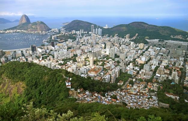 Vista aerea del paesaggio urbano di rio de janeiro con la famosa montagna di sugarloaf, brasile Foto Premium