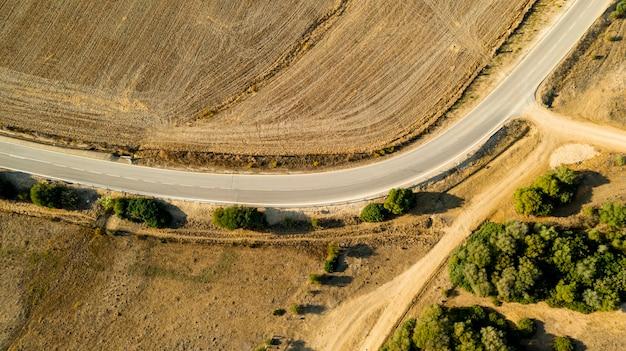Vista aerea del percorso storto della strada Foto Gratuite