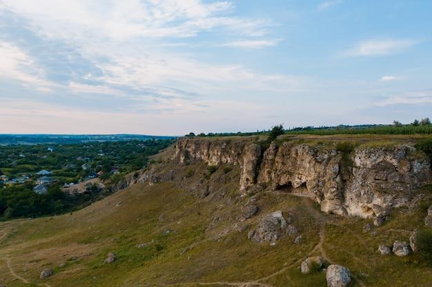 Vista aerea del pittoresco paesaggio di terra, alberi, rocce, cielo riflessa nell'acqua. Foto Gratuite