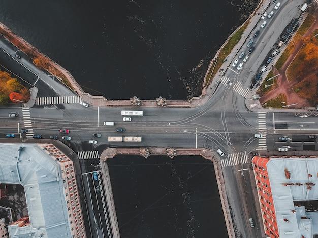 Vista aerea del ponte sul fiume fontanka, traffico stradale, flatley. san pietroburgo, russia. Foto Premium