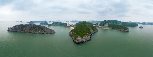 Vista aerea dell'isola di ha long bay cat ba, isole uniche di roccia calcarea e picchi di formazione carsica nel mare, famosa destinazione turistica in vietnam. cielo blu scenico. Foto Premium