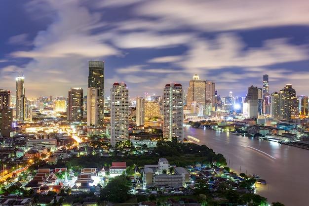 Vista aerea dell'orizzonte della città di bangkok alla notte e grattacieli del midtown Foto Premium