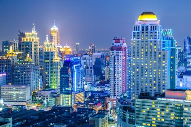 Vista aerea dell'orizzonte della città di bangkok alla notte e grattacieli di midtown bangkok. Foto Premium