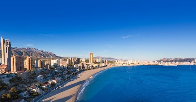 Vista aerea dell'orizzonte di benidorm alicante della spiaggia di poniente Foto Premium