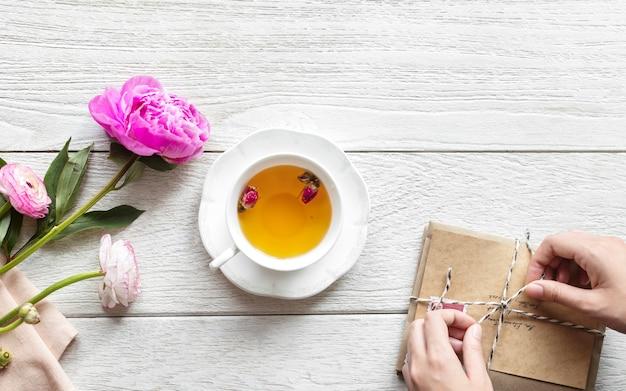 Vista aerea della bevanda calda del tè e un pacchetto dell'annata Foto Gratuite