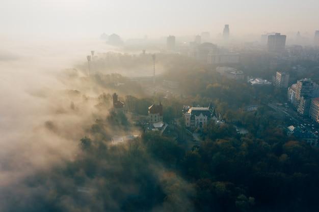 Vista aerea della città nella nebbia Foto Gratuite