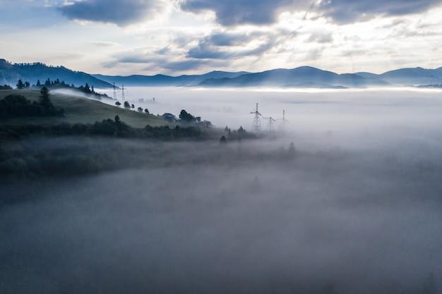 Vista aerea della foresta mista variopinta avvolta nella nebbia di mattina un bello giorno di autunno Foto Gratuite