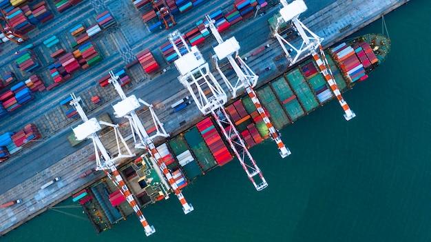 Vista aerea della nave da carico e dei contenitori Foto Premium